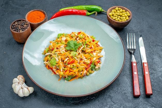 Salade de légumes vue de face avec des assaisonnements sur une table sombre nourriture diététique de salade de santé