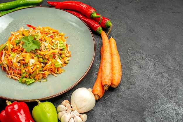 Salade de légumes vue de face avec des légumes frais sur table grise régime alimentaire salade santé
