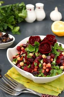 Salade maigre de pois chiches et betteraves décorée de roses de betteraves dans un saladier blanc
