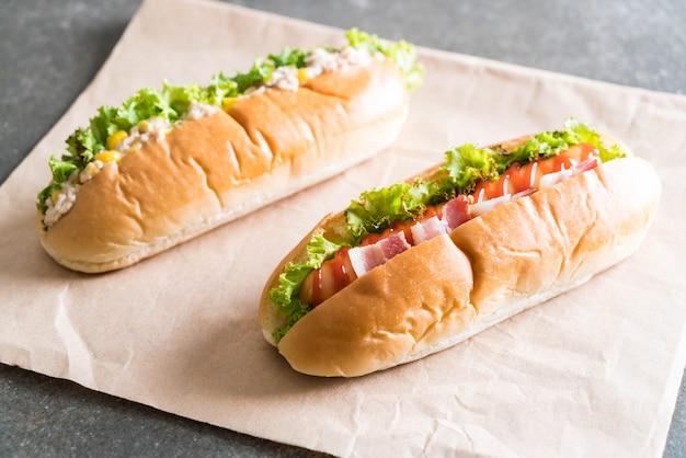 Salade de maïs au thon hot-dog et hot-dog saucisse au bacon