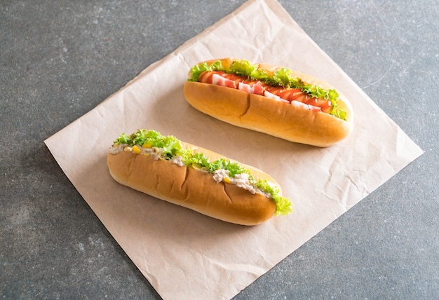 Salade de maïs au thon hotdog et hot dog saucisse au bacon