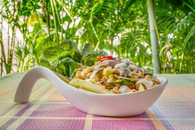 Salade de mangue jaune épicée à l'huître fraîche