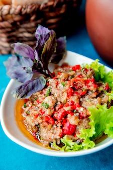 Salade de mangue servie avec laitue et légumes verts