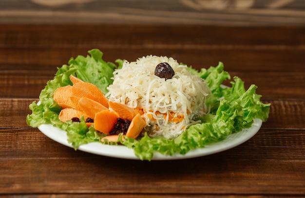 Salade de mimosa avec du parmesan haché sur le dessus