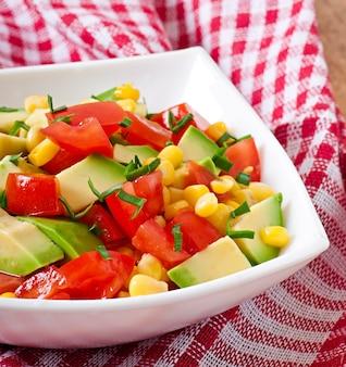 Salade mixte à l'avocat, tomates et maïs sucré