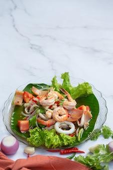 Salade mixte de fruits de mer vfresh, cuisine épicée et thaïlandaise.