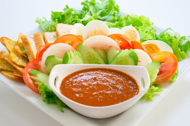 Salade musulmane et vinaigrette à base d'arachides grillées