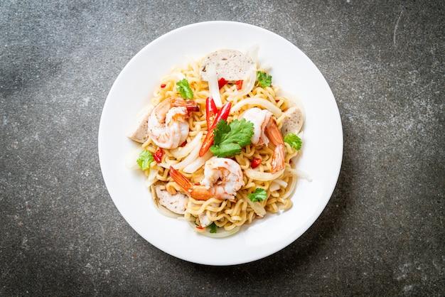 Salade de nouilles instantanées épicée aux crevettes