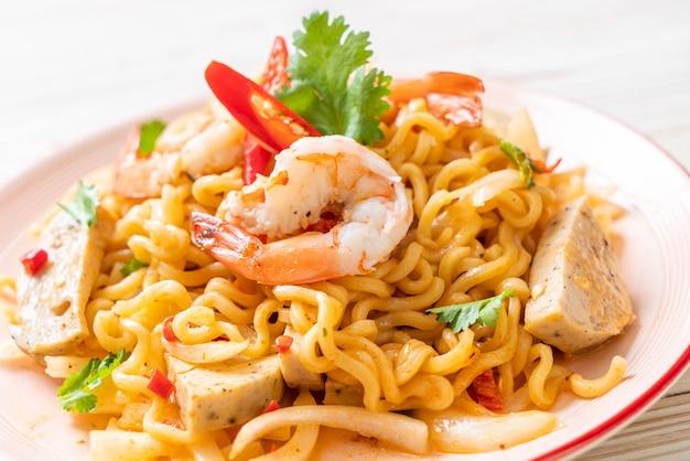 Salade de nouilles instantanées épicées aux crevettes, style thaïlandais