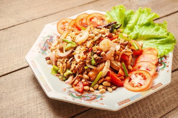 Salade de nouilles en verre aux fruits de mer. nourriture thaï