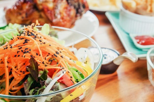 Salade et nourriture en fête à la maison