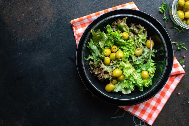 Salade d'olives feuilles pétales verts mélange de laitue céto frais ou régime paléo