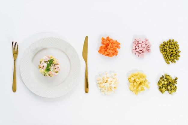Salade olivier et ingrédients pour la cuisine