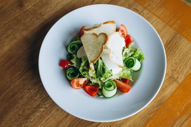 Salade avec pain grillé