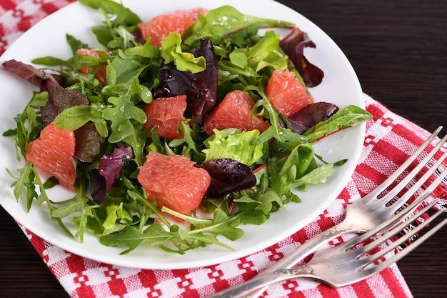 Salade de pamplemousse mélange de laitue roquette et vinaigrette aux olives menu diététique