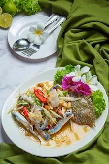 Salade de papaye papaye crabe bleu nourriture thaïlandaise fraîche.
