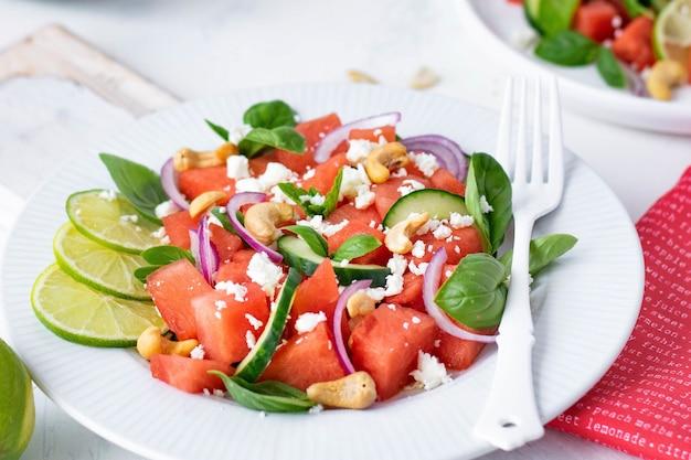 Salade de pastèque au basilic, menthe, oignon rouge, concombre et noix de cajou