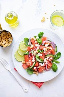 Salade de pastèque et menu d'aliments sains à la feta