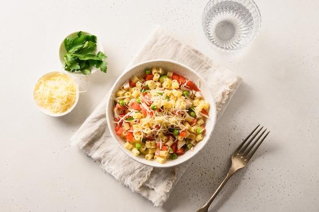 Salade de pâtes ditalini, petits pois, saucisse.