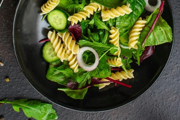 Salade de pâtes fusilli (feuilles de laitue, épinards, légumes, gemelli) concept de menu