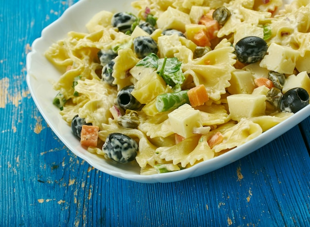 Salade de pâtes pique-nique au fromage - la salade de pâtes est chargée de quatre fromages, suisse, cheddar, jack et parmesan.