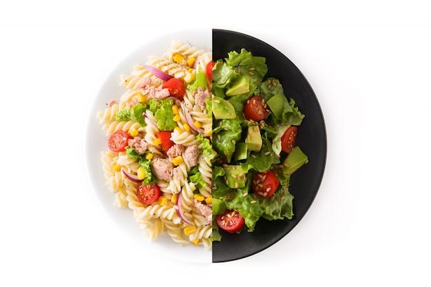Salade de pâtes et salade d'avocat montage isolé sur une surface blanche