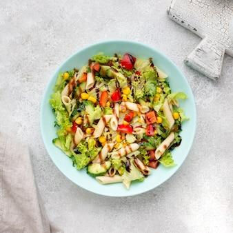 Salade de pâtes vue de dessus au vinaigre balsamique