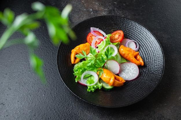 Salade pinces de crabe bâton de crabe fruits de mer surimi tomate concombre laitue légume