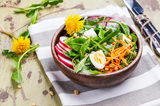 Salade de pissenlit frais