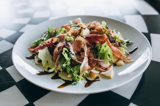 Salade sur une plaque blanche