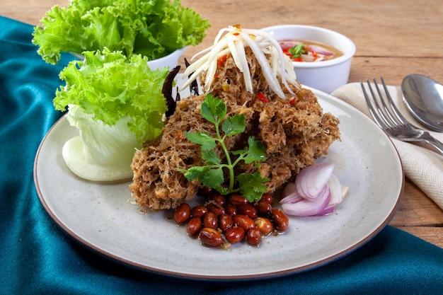 Salade de poisson-chat croustillant à la mangue verte