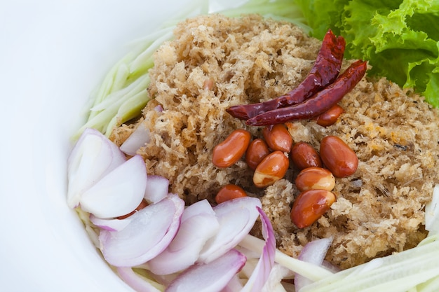 Salade de poisson-chat croustillant sur plat blanc