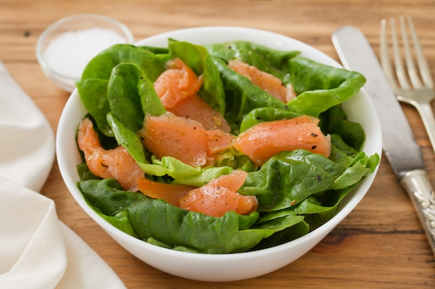 Salade de poisson fumé sur bol blanc