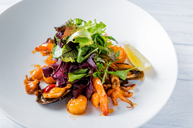 Salade de poisson savoureuse avec crevettes, bébé poulpe, herbes, huîtres, citron et sauce