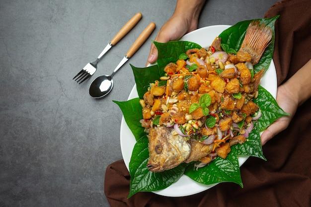 Salade de poisson tubtim frit épicé, épicé, cuisine thaïlandaise.