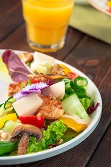 Salade de poitrine de poulet et champignons aux légumes