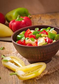 Salade de poivrons colorés sucrés à l'huile d'olive