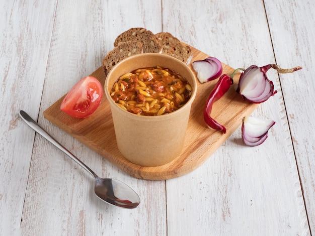 La salade de poivrons grillés et chorizo orzo combine des poivrons rouges, des oignons rouges, du chorizo et des tomates cerises avec des pâtes orzo.