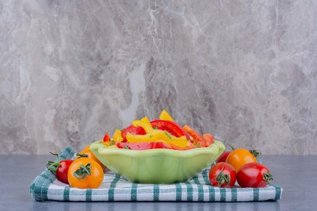 Salade de poivrons hachés colorés aux tomates cerises