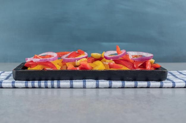 Salade de poivrons multicolores aux olives noires et vertes.