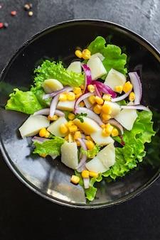 Salade de pommes de terre avec laitue de maïs et légumes régime céto ou paléo