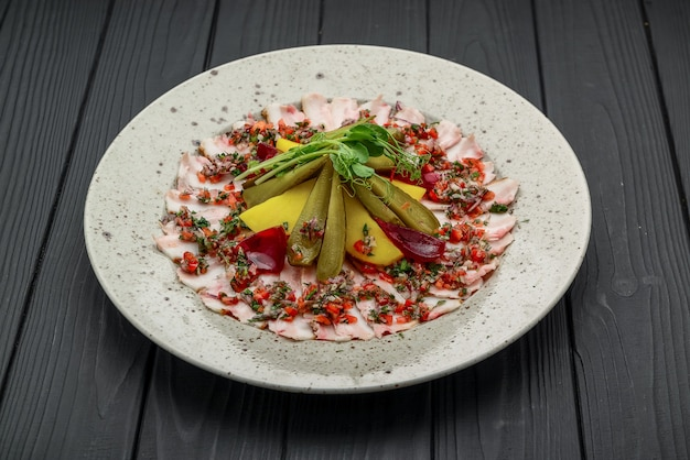 Salade de pommes de terre maison avec bacon et cornichons