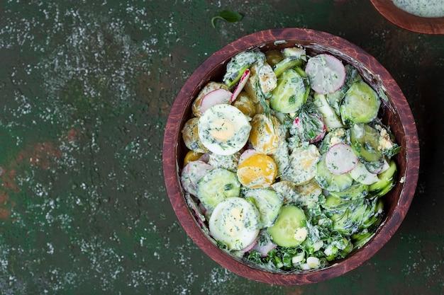 Salade de pommes de terre de printemps aux vitamines avec œuf, radis et concombres