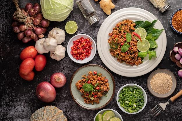 Salade de porc hachée épicée aux flocons de piment