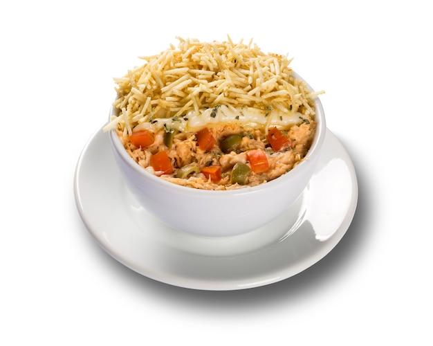 Une salade de poulet au curry salé, légumes et pommes de terre frites.