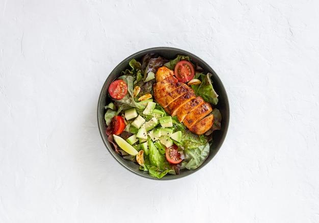 Salade de poulet, avocat et tomates. alimentation saine. la nourriture végétarienne.