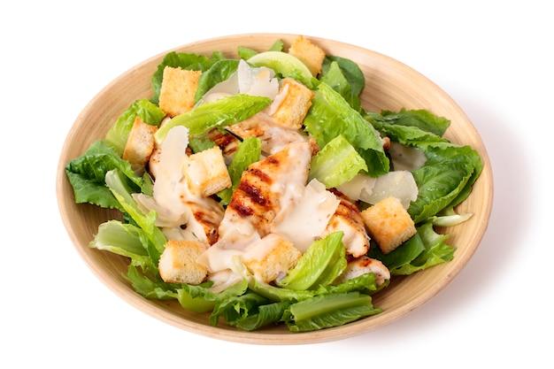 Salade de poulet caesar sur fond blanc