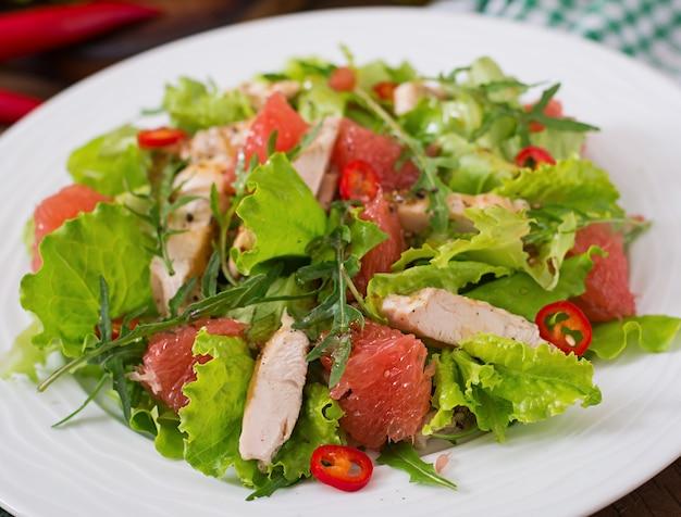 Salade de poulet frais, pamplemousse, laitue et vinaigrette à la moutarde au miel. menu diététique. nutrition adéquat.