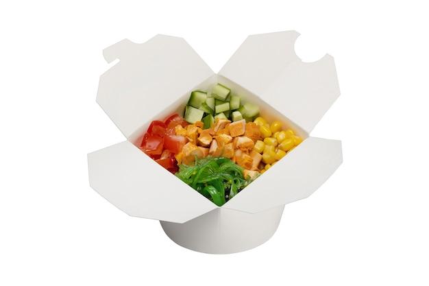 Salade de poulet fumé aux légumes dans une boîte en papier blanc gros plan sur la livraison des aliments prêts
