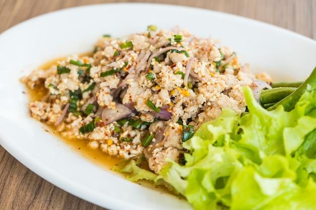 Salade de poulet hachée épicée